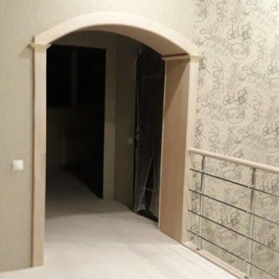 Лестница на двойном косоуре с горизонтальным ограждением