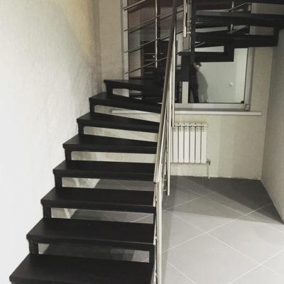Лестница на металлокаркасе с ограждением из нержавейки