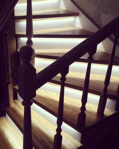 Лестница из сращенного ясеня с забежными ступенями с подсветкой