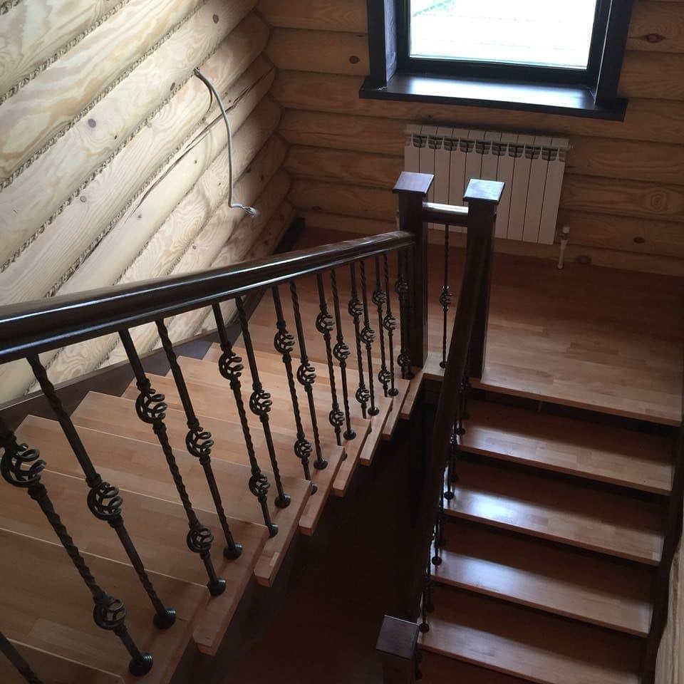 Лестница без подступенков с металлическими балясинами