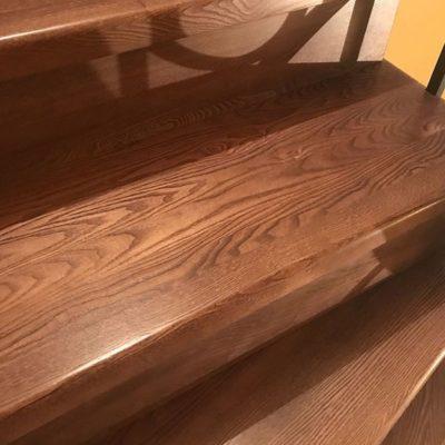 Лестница на бетоне из дуба с ковкой и пригласительной ступенью
