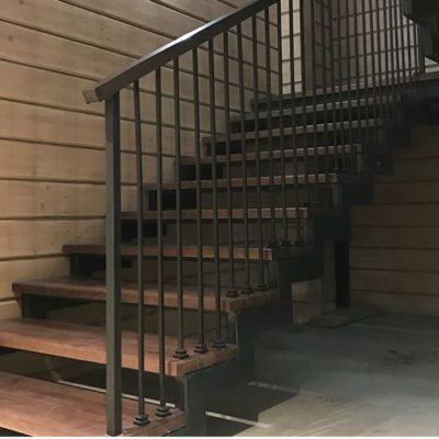 Лестница в стиле лофт на металлокаркасе со ступенями из дуба