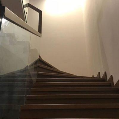 Обшивка бетона дубом со стеклянным ограждением