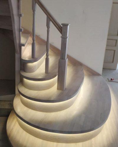 Лестница с большими пригласительными ступенями и подсветкой