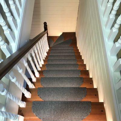 Лестница на 90 градусов с кладовкой и подсветкой
