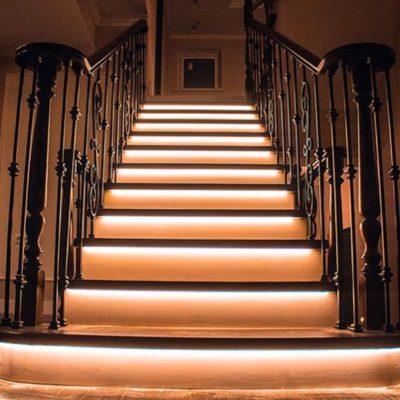 Лестница на бетоне в дубе с двойной пригласительной и подсветкой