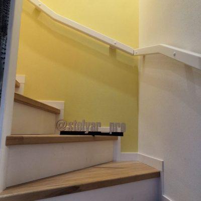 Лестница между стен с буковыми ступенями в натуральном цвете