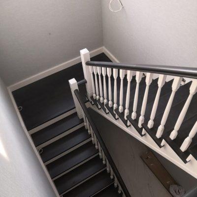 Черно-белая лестница из бука (комбинированная с сосной) с зашитым низом