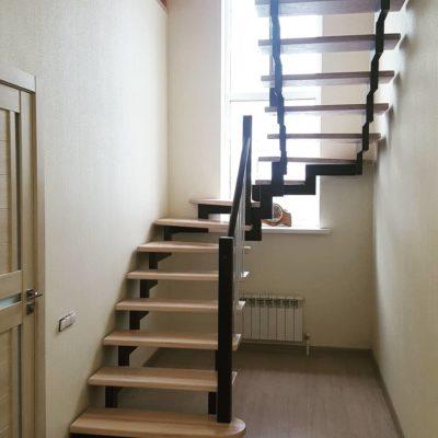 Открытая лестница на металлическом каркасе с балясинами из нержавейки