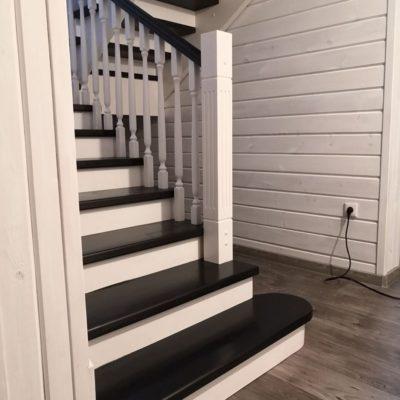 Черно-белая лестница из бука (комбинированная с сосной)