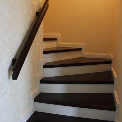Черно-белая лестница в таунхаус с калиткой наверху