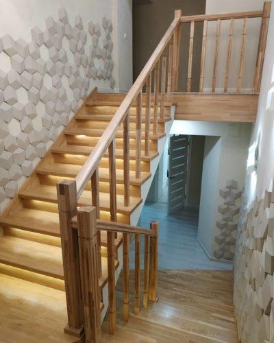 Лестница из сращенного ясеня в светлом цвете с подсветкой