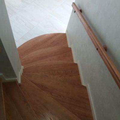 Лестница с широкими пригласительными ступенями между стен