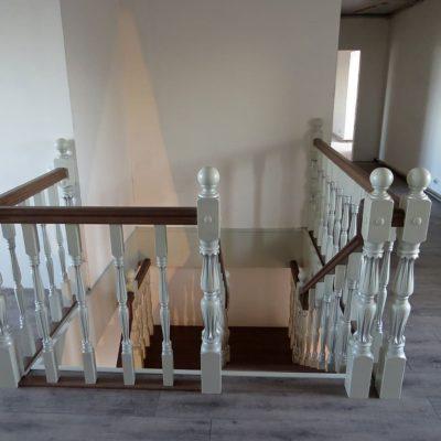 Лестница с патинированным ограждением и двойной пригласительной ступенью