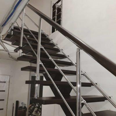 Лестница на монокосоуре с пригласительной ступенью