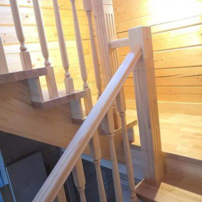 Лестница из бука с площадкой в натуральном цвете