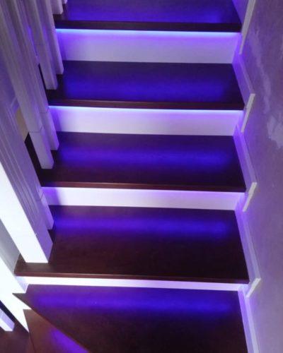 Лестница с синей подсветкой и пригласительной ступенью