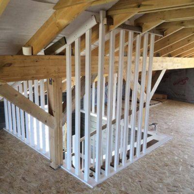 Комбинированная лестница без подступенков с ограждением брусками