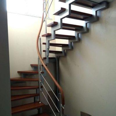Лестница на металлических косоурах с забежными ступенями