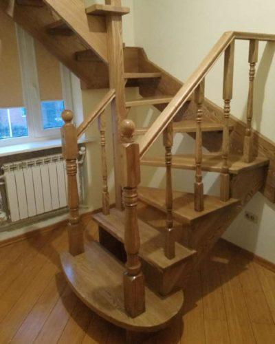 Лестница из ясеня без подступенков с забежными ступенями