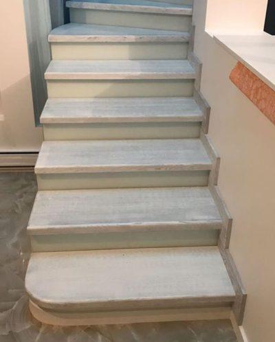 Дубовая лестница на бетоне с патиной на ступенях и ограждении