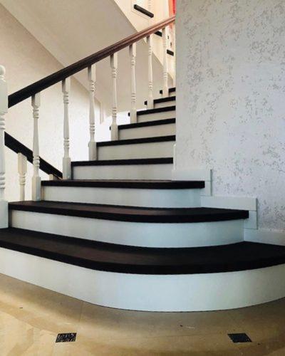 Лестница с тремя пригласительными ступенями из цельного ясеня
