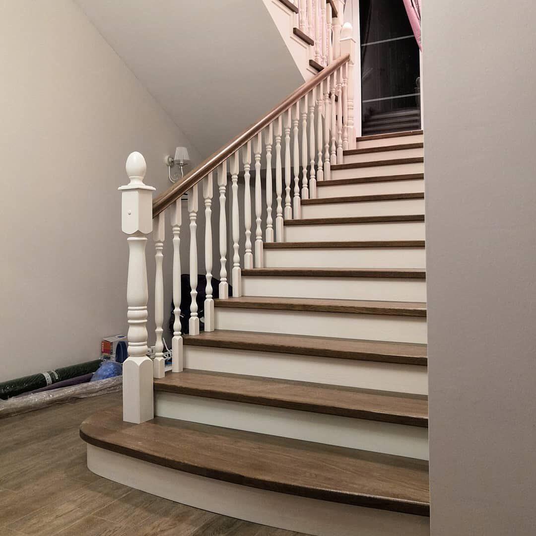 Обшивка бетонной лестницы дубом, широкий марш, площадка в эркере