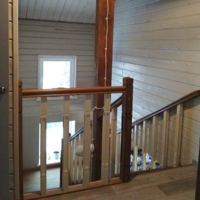 Комбинированная лестница около столба с кладовкой