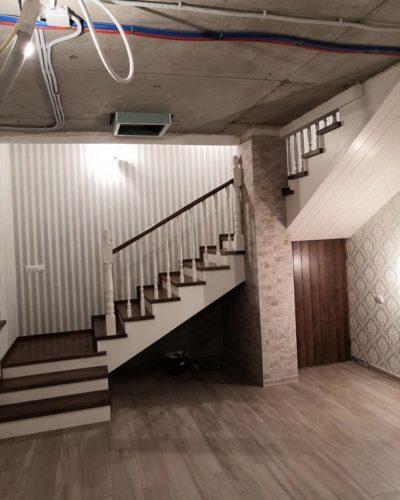 Трехмаршевая лестница с двумя площадками в двух цветах