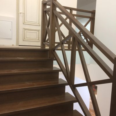 Однотонная лестница в буке с X-образным ограждением