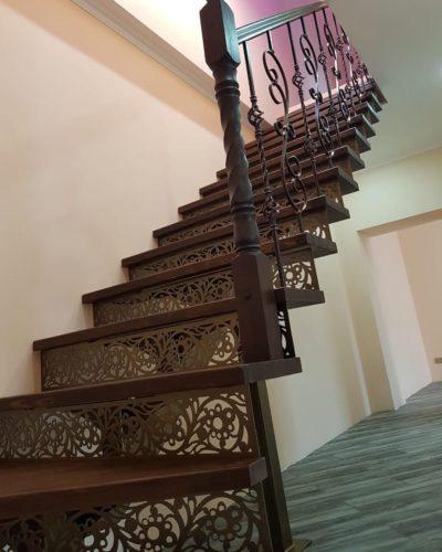 Лестница на монокосоуре с прозрачными подступенками