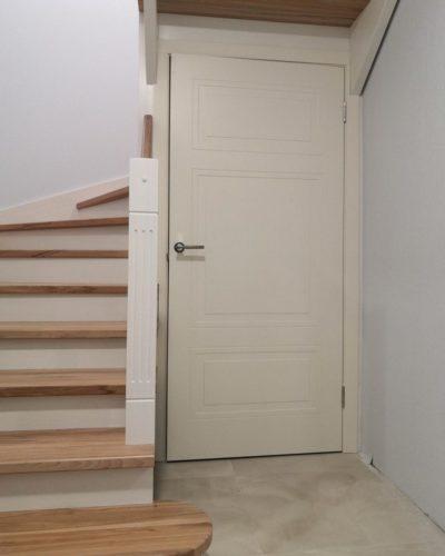 Комбинированная лестница с буком в натуральном цвете с кладовкой