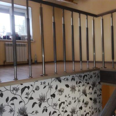 Лестница на двойном косоуре с комбинированным ограждением