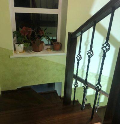 Четырехмаршевая лестница на бетоне из лиственницы