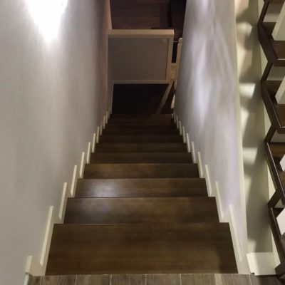 Лестница на металлокаркасе с 1 на 3 этаж с радиусной балюстрадой