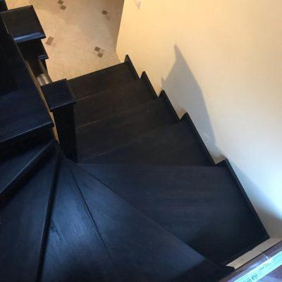 Темная лестница с большим заходным столбом