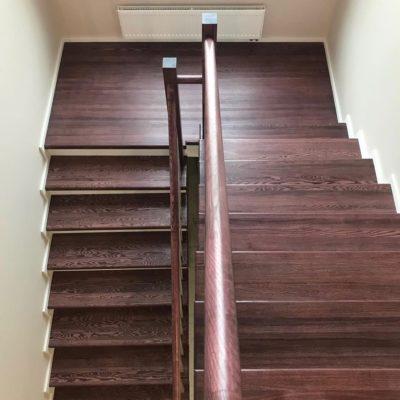 Лестница из ясеня цвет вишня с прямоугольным ограждением